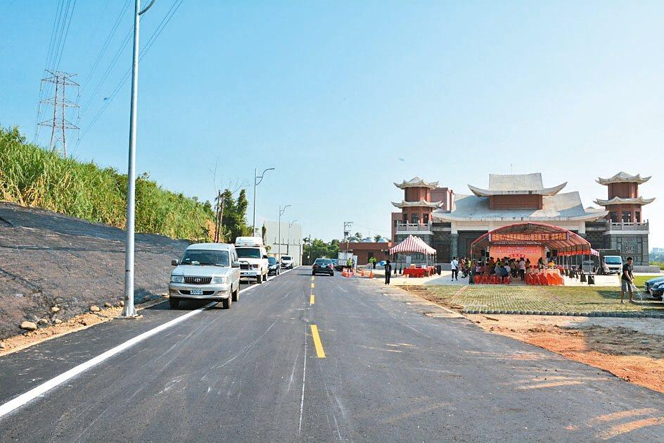 桃園市推行開「瓶」計畫,昨日八德區長興路360巷、鄰近姜太公廟道路,舉行通車典禮。 記者許政榆/攝影