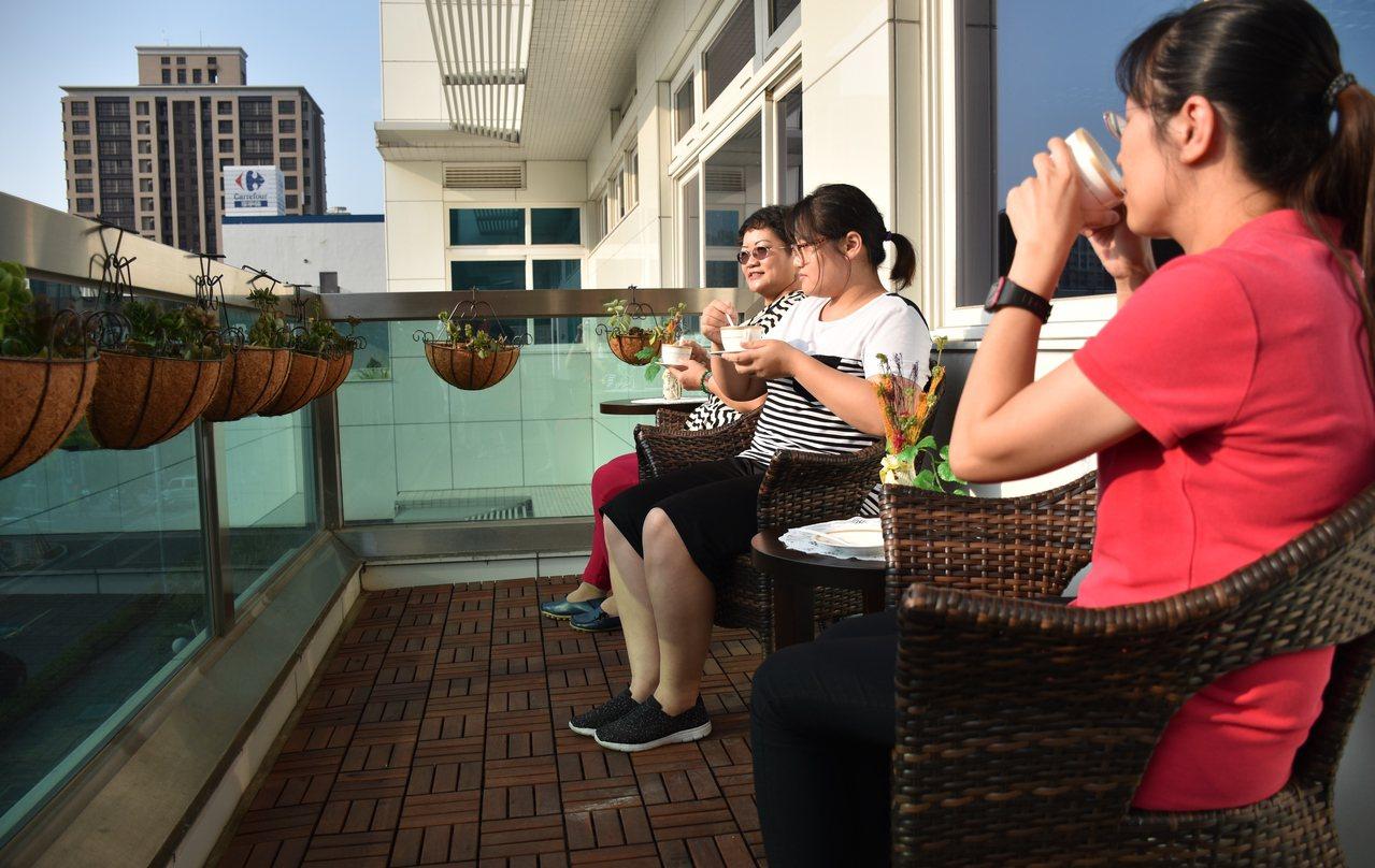 淡水戶政事務所「好事咖啡」延伸到戶外,民眾洽公可享用免費咖啡,還可飽覽國民運動中...