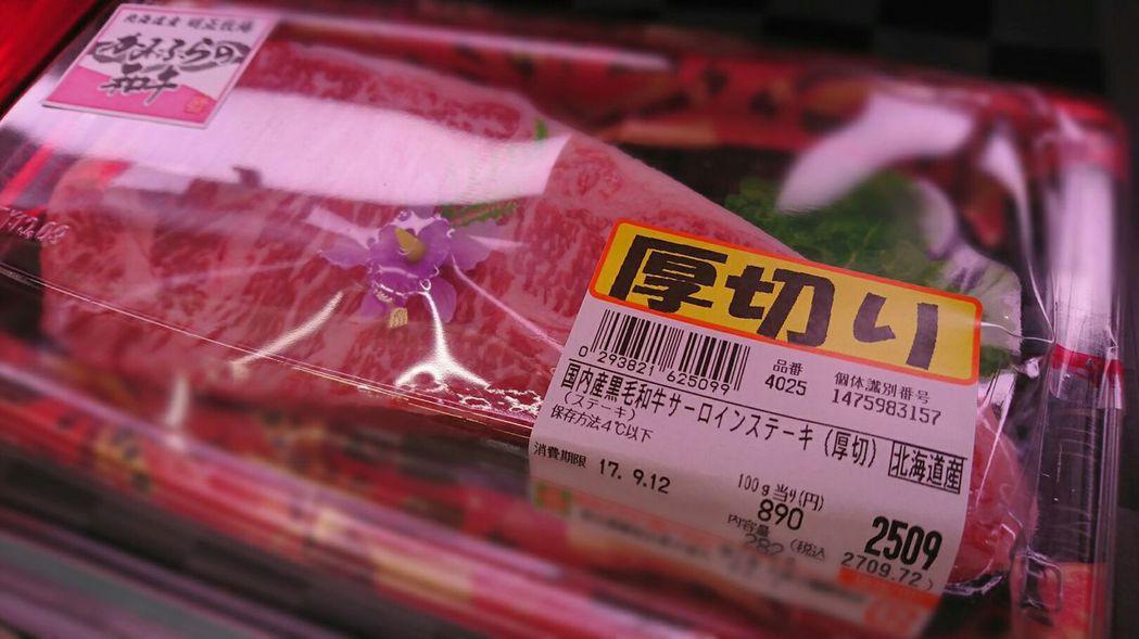 日本每頭牛都有10碼的個體識別編號,在超市購買的牛肉外包裝也會打上個體識別編號,...