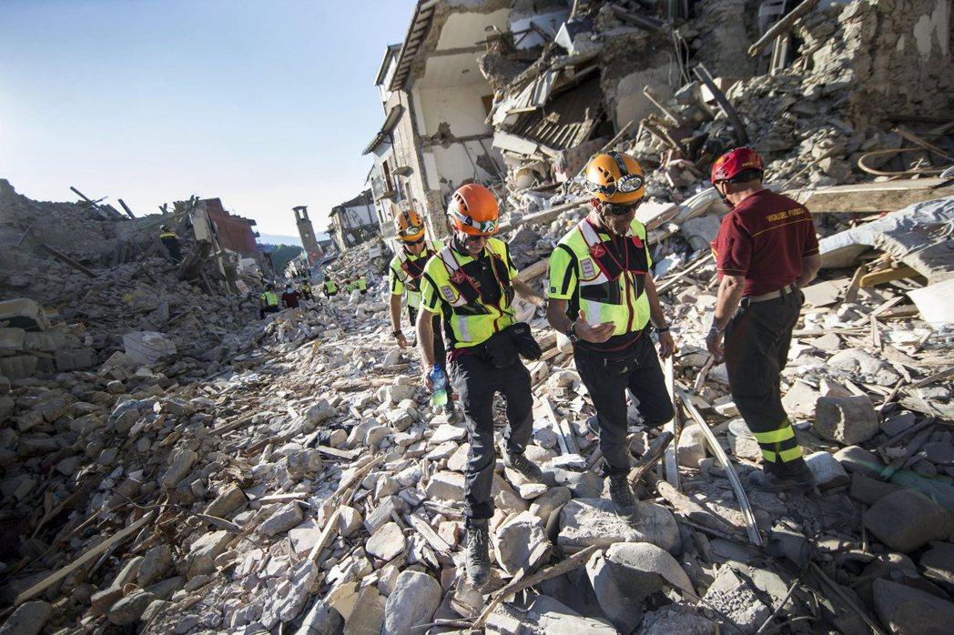大地震重創義大利中部的日常生活與產業活動,義大利政府趕忙發動緊急救援,直到今年初...