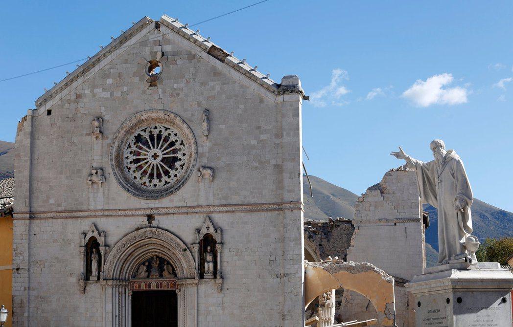 紀念聖本篤的教堂幾乎毀壞殆盡,僅留下殘破外牆供人想像原先的莊嚴肅穆。 圖/路透社