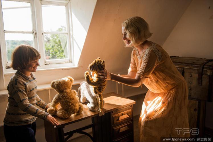 瑪格羅比在《再見克里斯多福羅賓》扮演作家A·A·米恩的妻子。圖/達志影像