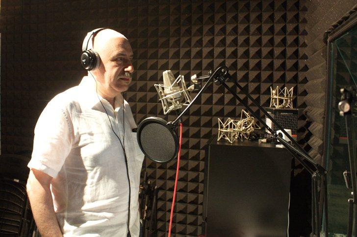 在數媒系音效創作實驗室,Evgeny Svyatsky親自試錄了一段。 校方/提...