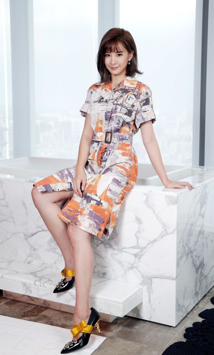 安心亞穿Prada水彩藝術印花襯衫式洋裝與緞帶裝飾跟鞋與Bottega Vene...