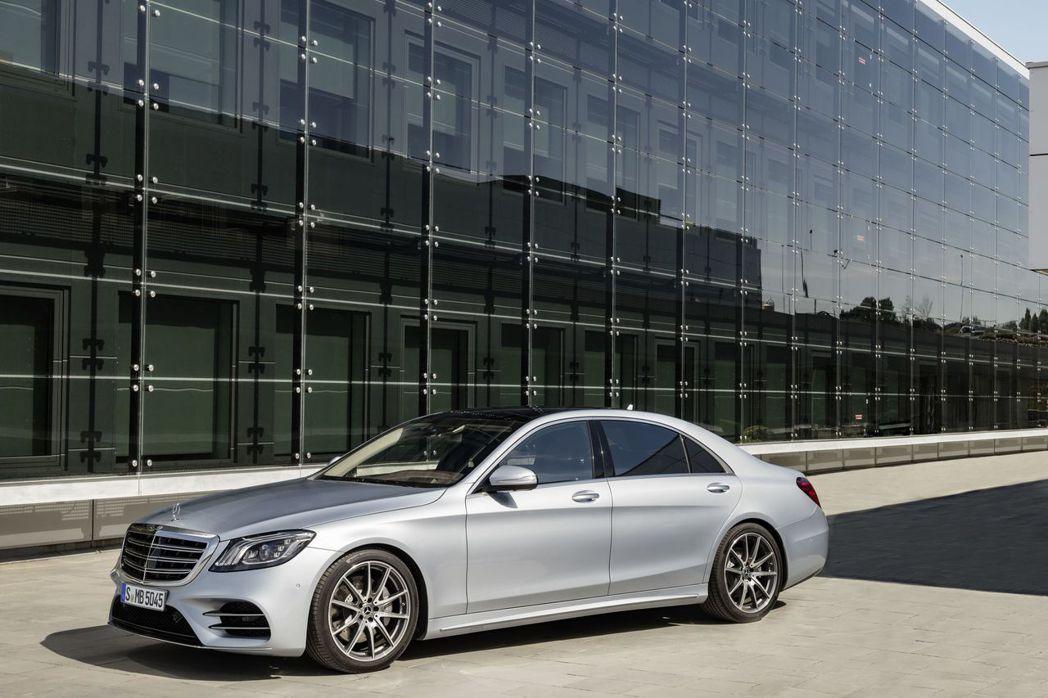 全新S-Class立基於W222、V222世代優異基礎,並針對科技創新、效率升級、豪華舒適三大面向全數革新,再立豪華旗艦新典範。圖/台灣賓士提供
