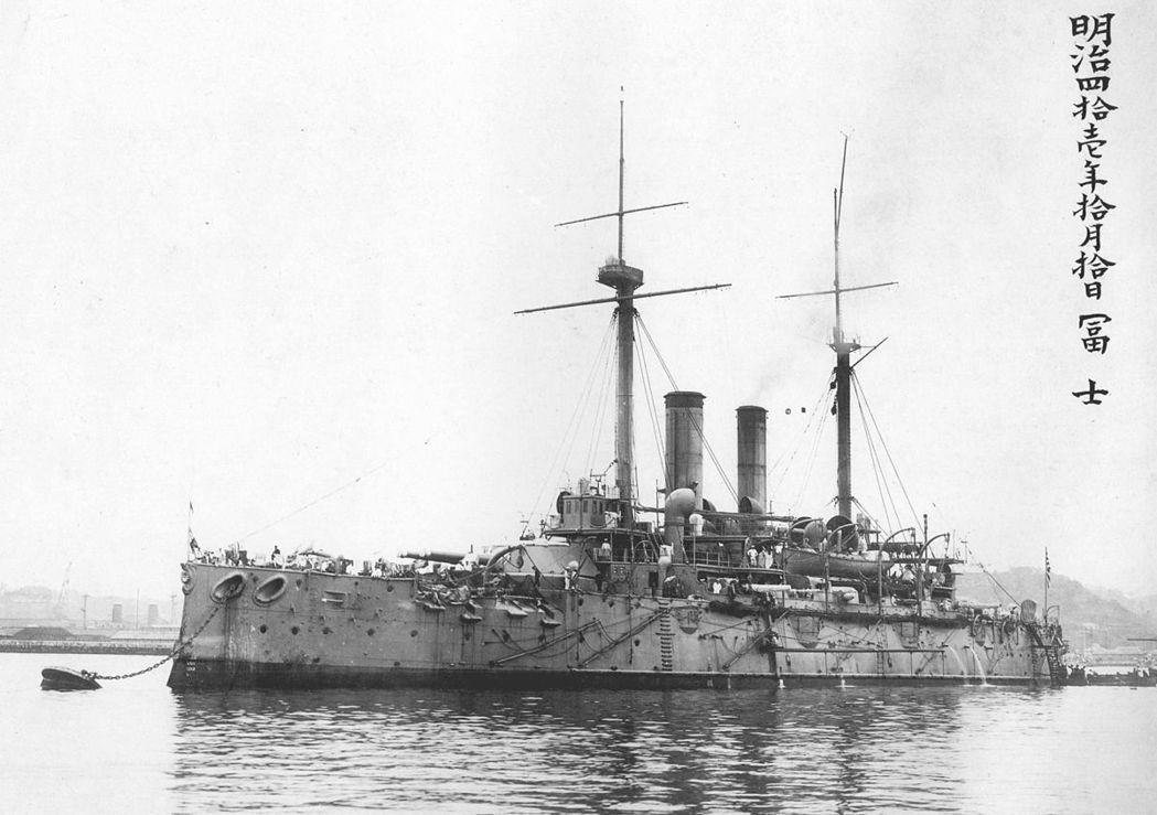 日本海軍建設完全師法英國,圖為日本在1894年向英國訂購的富士號戰艦。 圖/維基...