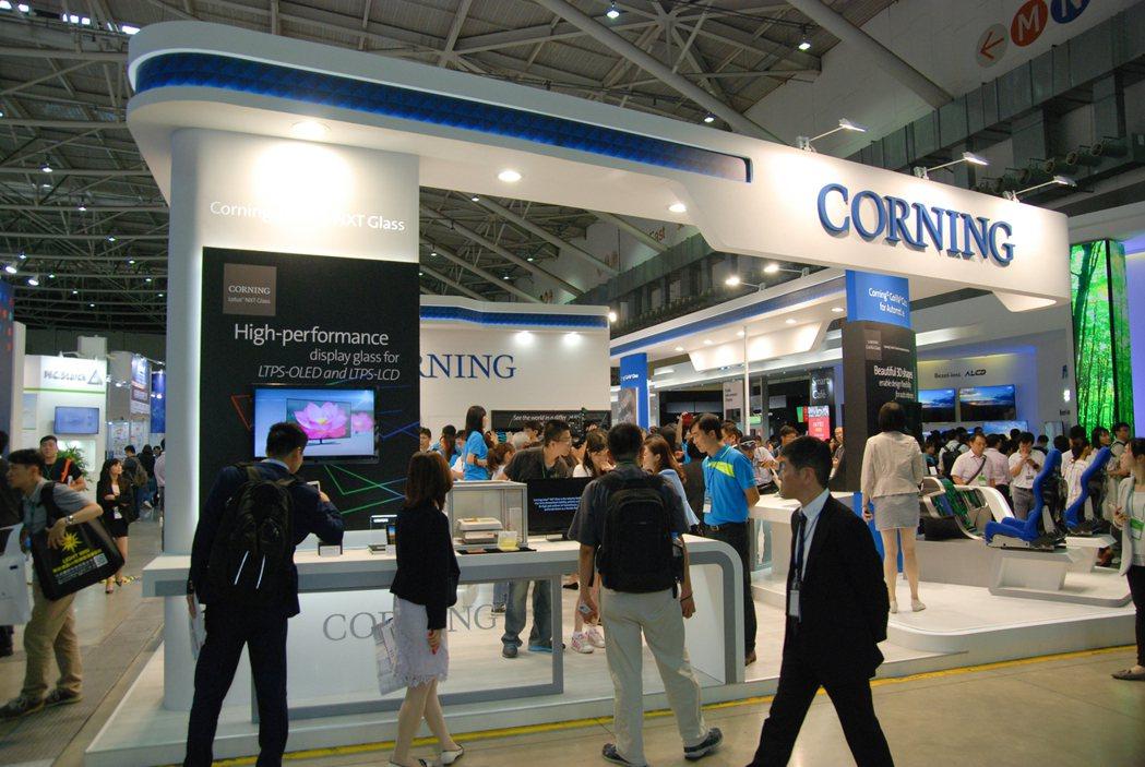 康寧看準未來汽車領域趨勢,於今(21)日在南港展覽館舉辦的 「2017台灣智慧顯示及觸控展」上發表 Corning Gorilla 康寧大猩猩車用玻璃。 記者林鼎智/攝影