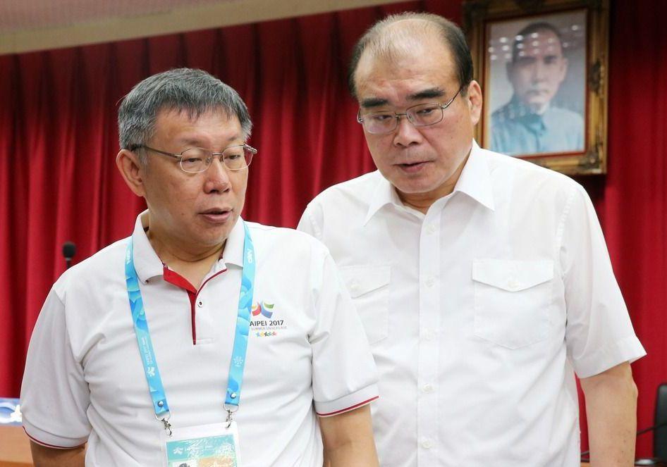 台北市長柯文哲(左)為邱豐光(右)抱屈。 報系資料照