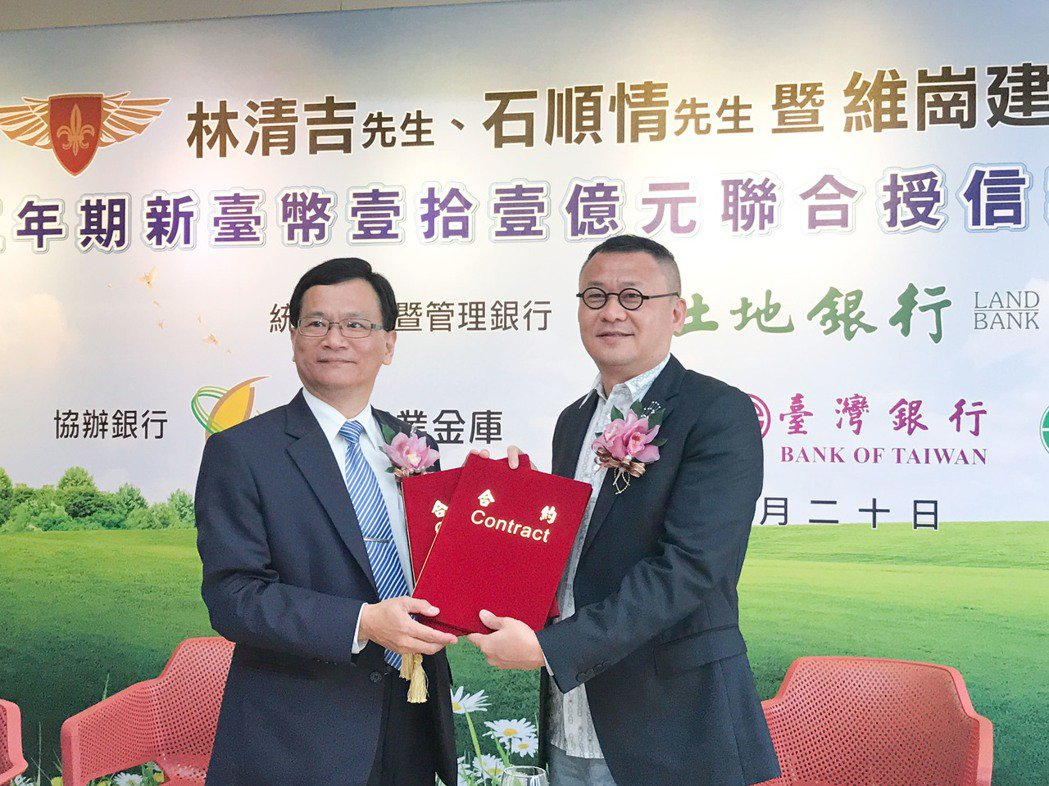 雄崗建設董事長林清吉(右)宣布明年起加薪5%。 攝影/張世雅