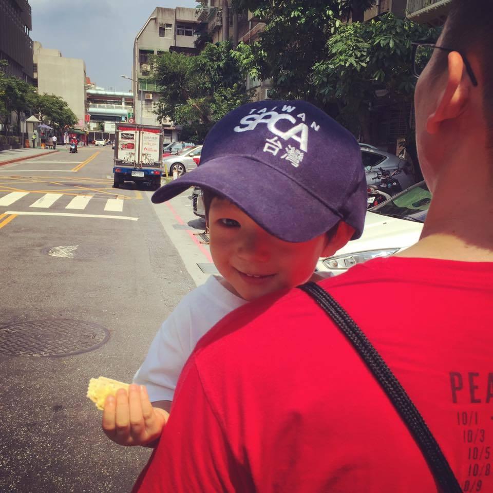 隋棠PO出兒子Max被爸爸抱著的萌臉照。圖/摘自臉書