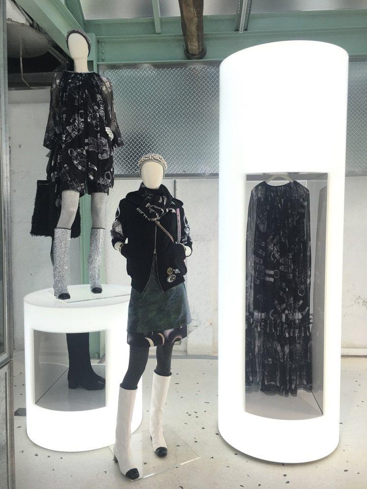 店內的模特兒人檯所展示的服裝也特別跟服裝秀上做出區隔,以更隨興年輕的風格混搭。圖...