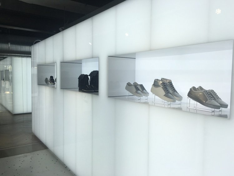 消光銀與光纖白是香奈兒onefifteen初衣食午「快閃太空主題裝置」整體店裝的...