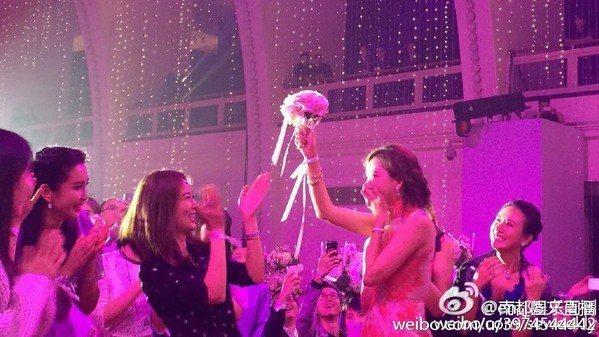 林志玲曾在黃曉明婚禮上搶到新娘捧花。圖/摘自微博