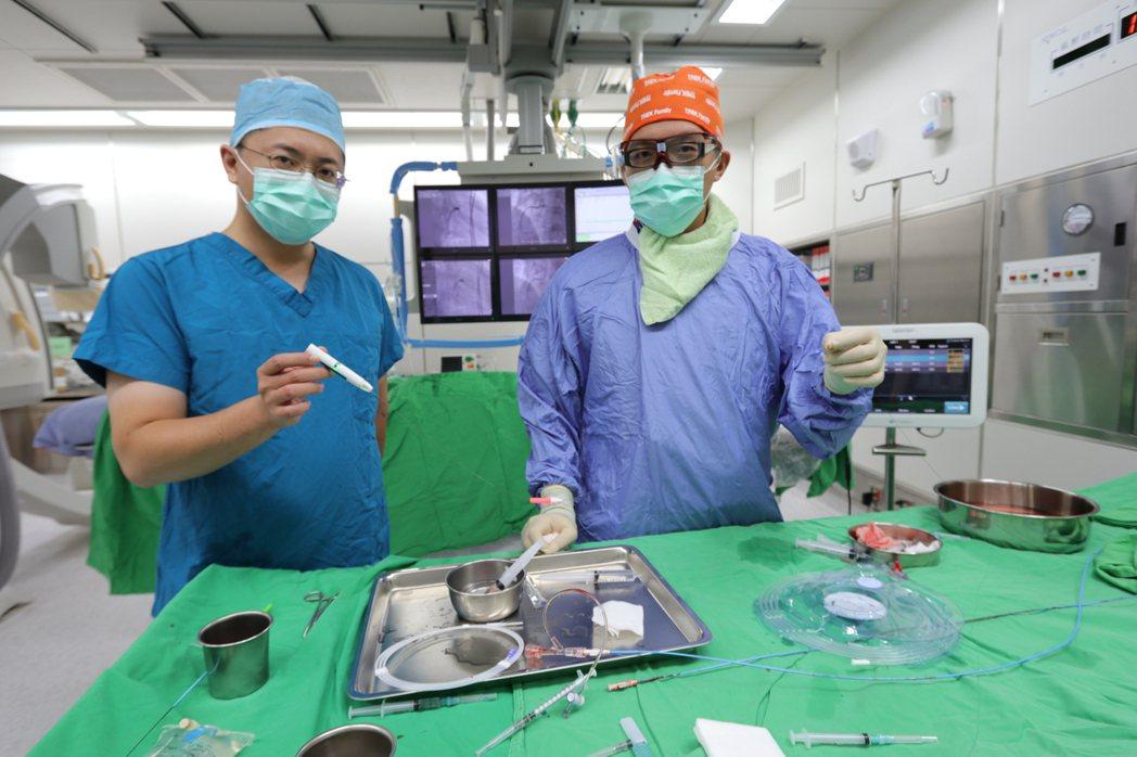 亞洲大學附屬醫院心臟內科醫師王志偉(左)說,利用「血流儲備分數」測試冠狀動脈狹窄...