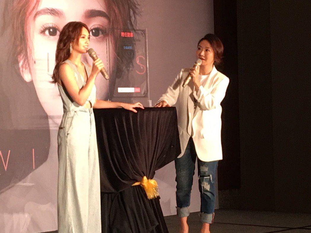 陶子(右)主持楊丞琳演唱會記者會。記者許晉榮/攝影