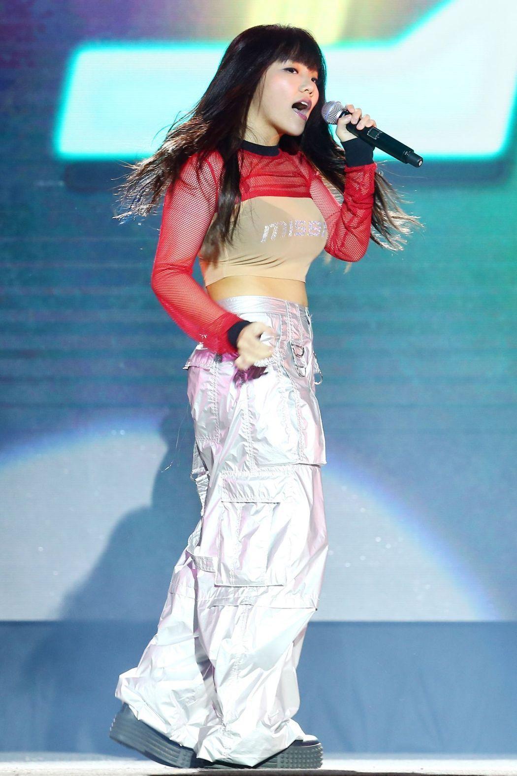 環球EMI新人唱跳歌手安那明天將推出首張迷你專輯「我叫安那」,歌手阿妹準備了一雙...