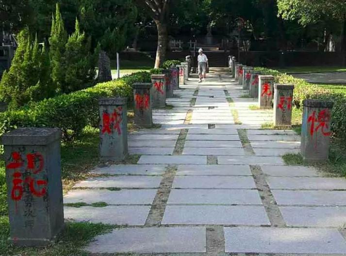 台中公園的日治時代鳥居去年被人為破壞,數日前公園內第一代台中神社參道兩側石燈籠基...