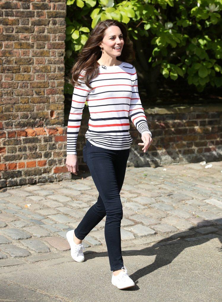 英國皇室成員凱特王妃是Superga帆布鞋的粉絲,多次穿著經典2750系列現身。...