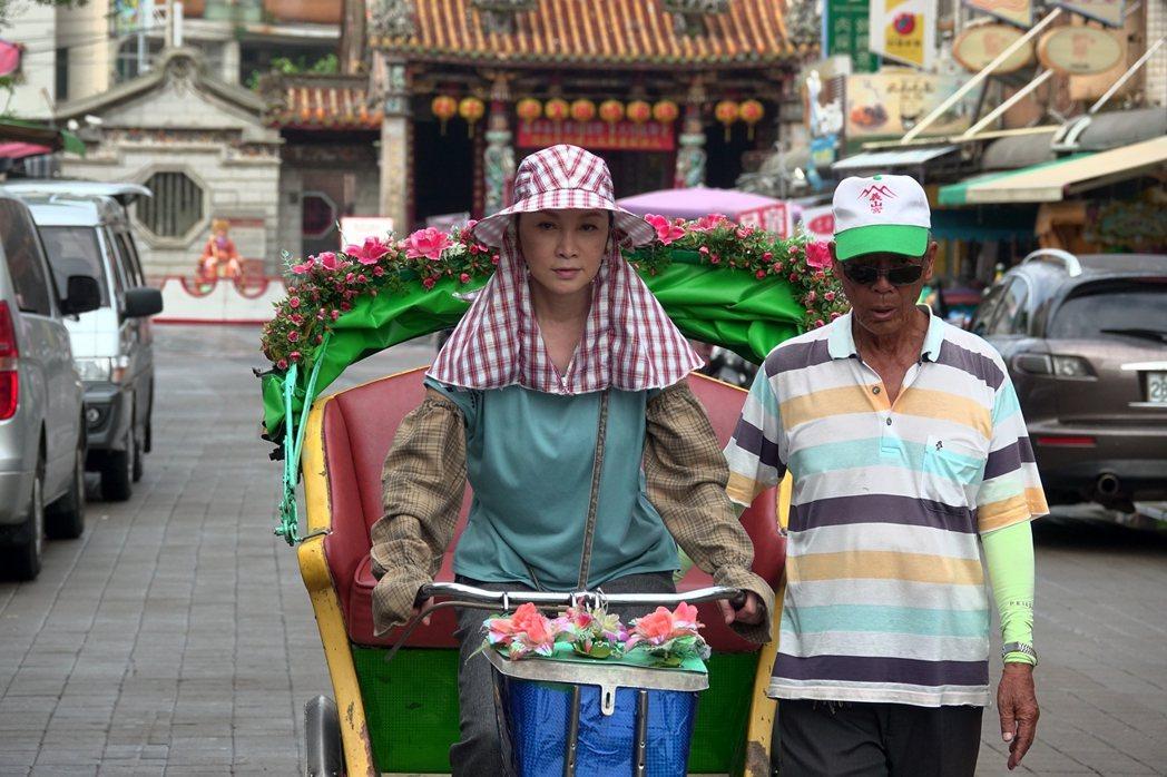 張瓊姿(左)踩三輪車接客,笑說好在平常有練。圖/華視提供