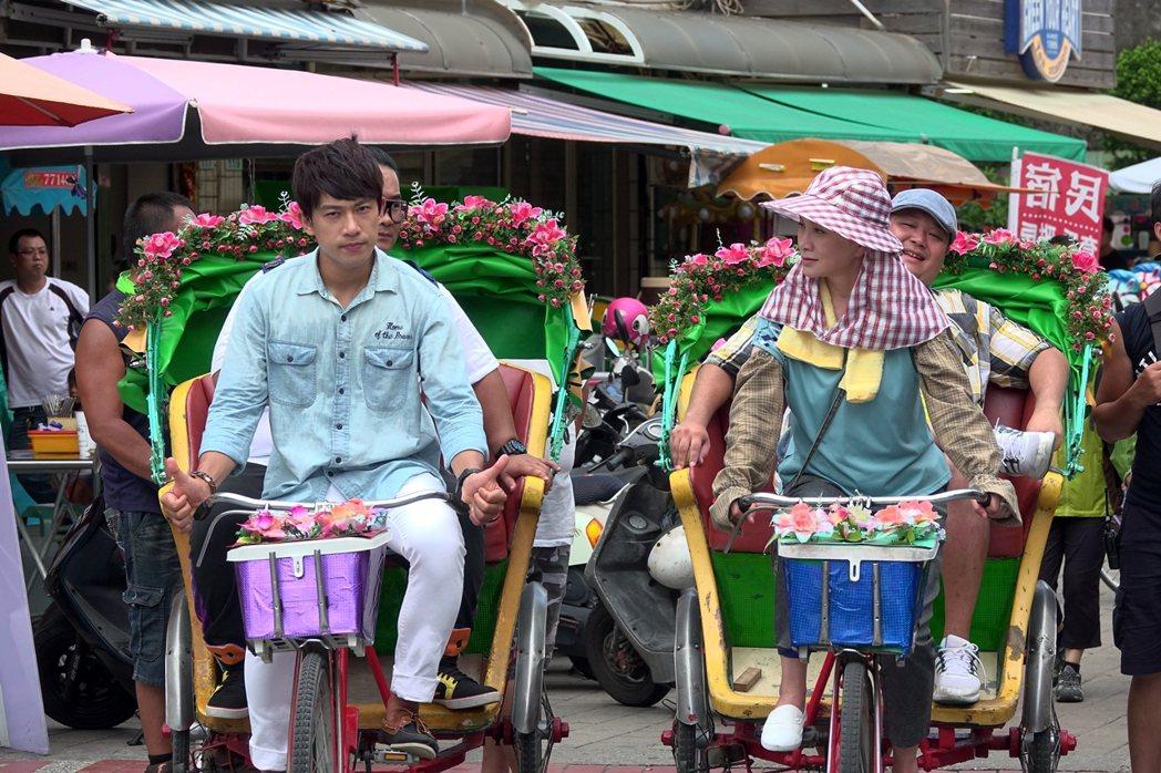 張瓊姿(右)踩三輪車接客,笑說好在平常有練。圖/華視提供