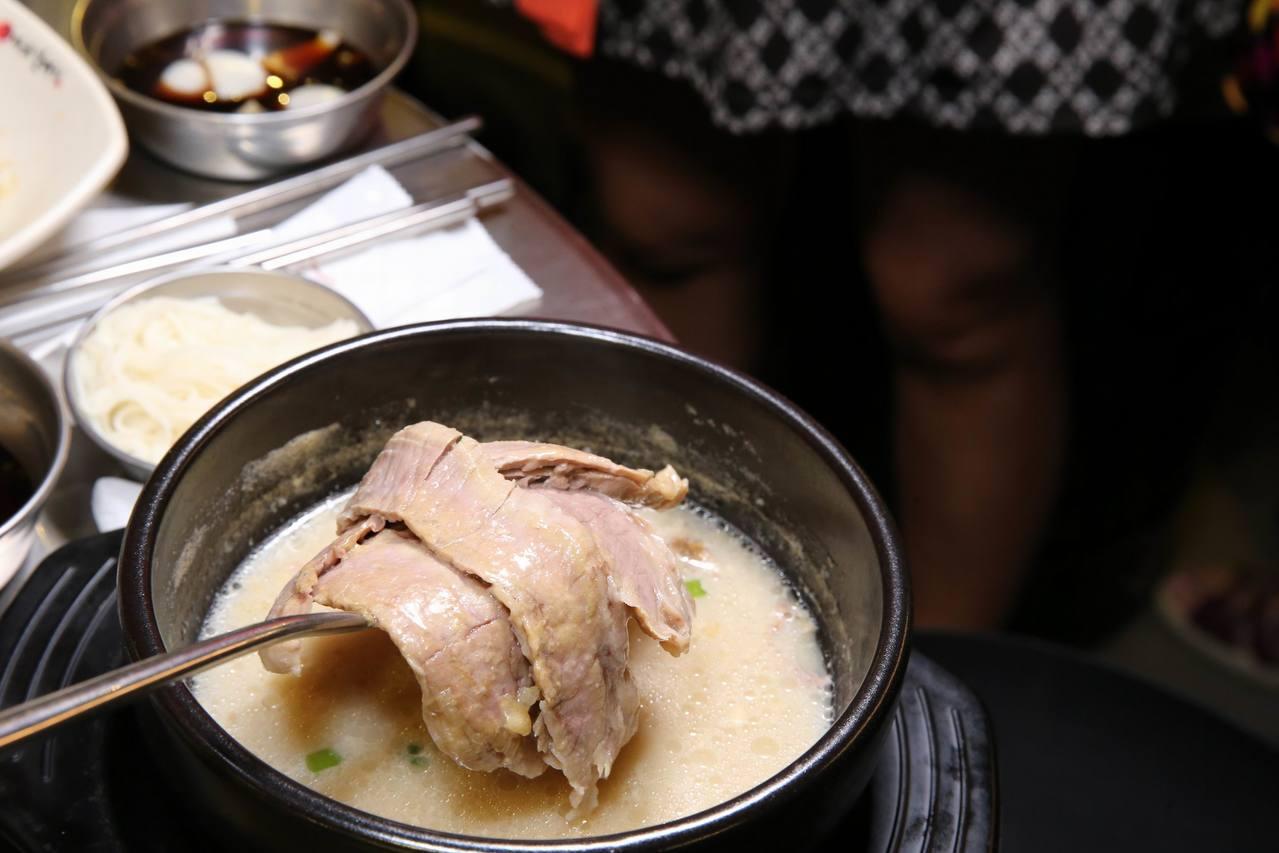 「神級雪濃湯」不但湯頭濃,更是加了滿滿牛肉片與麵線。圖/新麻蒲海鷗提供