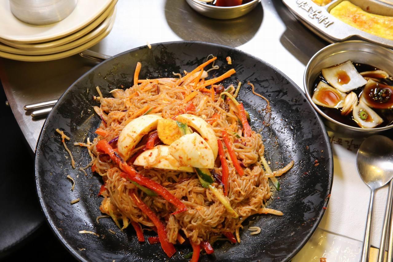 韓國人吃完炒雞後,都會來一道「盤子麵」去除吃燒烤的熱氣。圖/新麻蒲海鷗提供