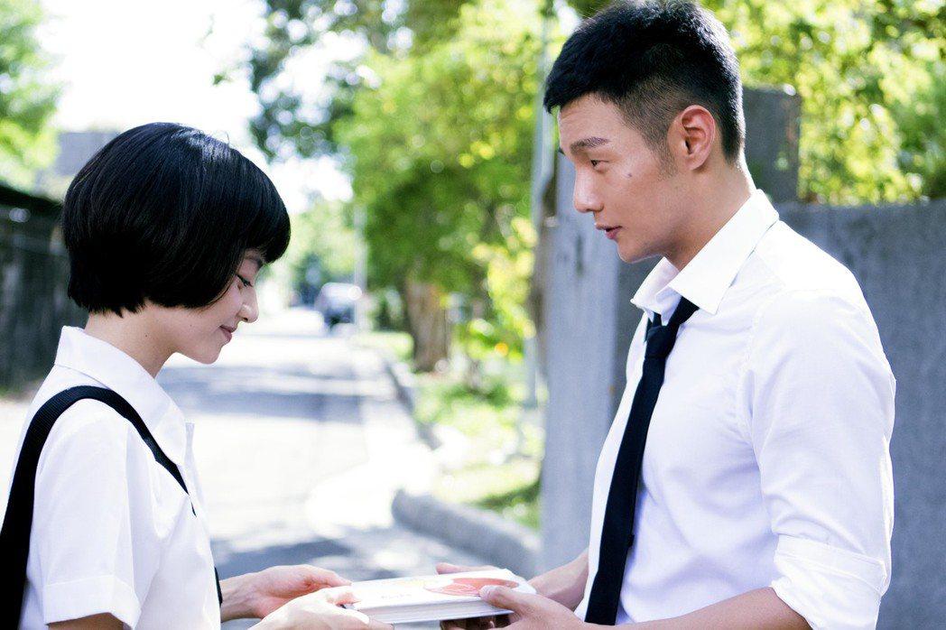 李榮浩新歌「我看著你的時候」穿學生制服演出青春滋味。圖/華納音樂提供
