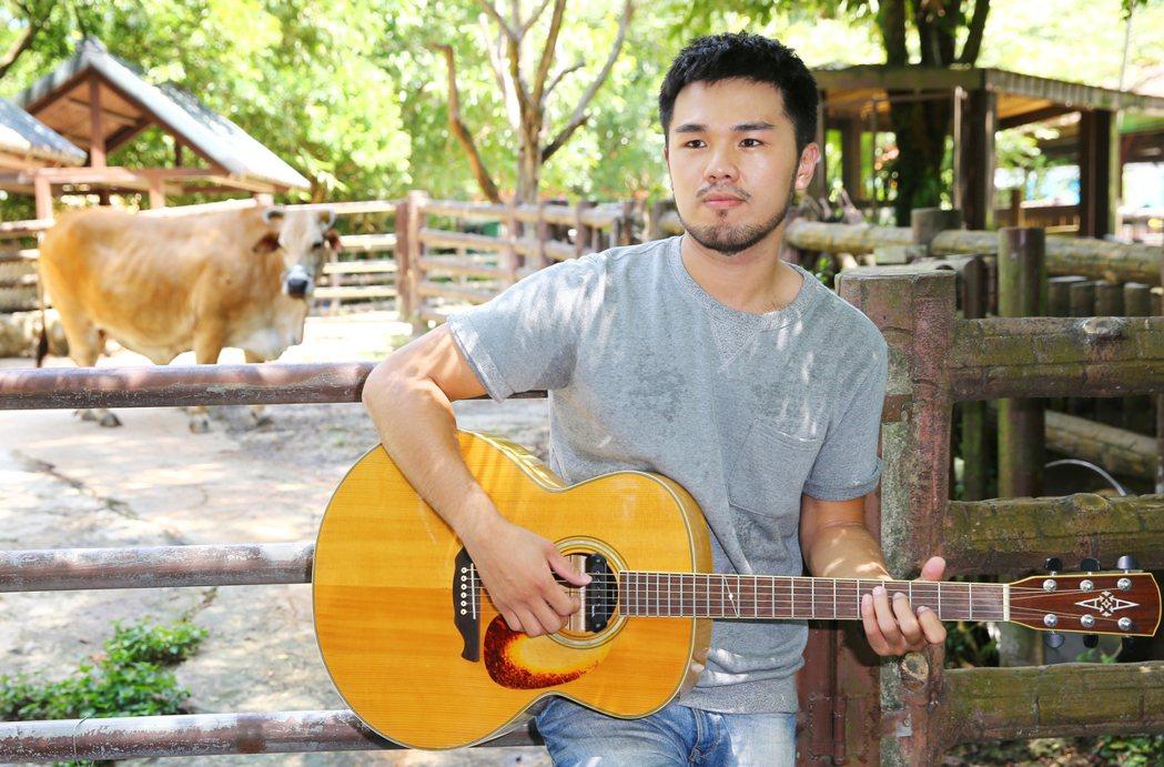 歌手林欣甫對「牛」彈琴。記者曾學仁/攝影