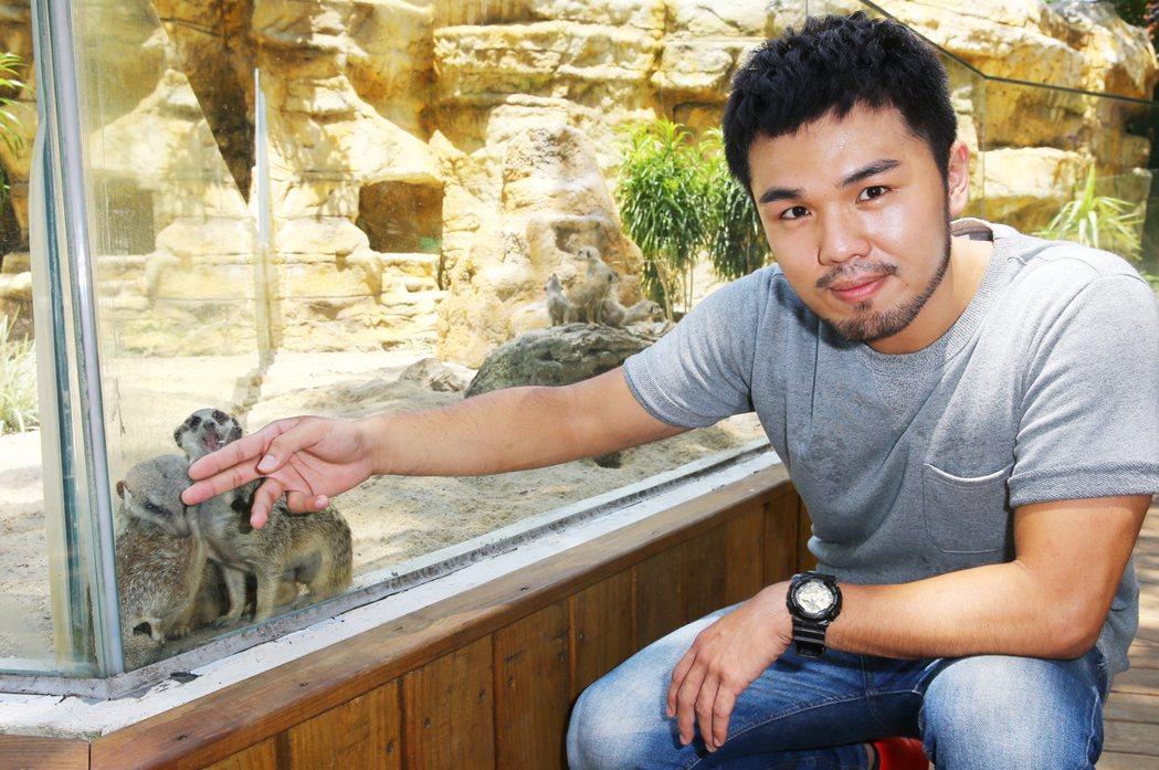 歌手林欣甫與食蟹獴。記者曾學仁/攝影