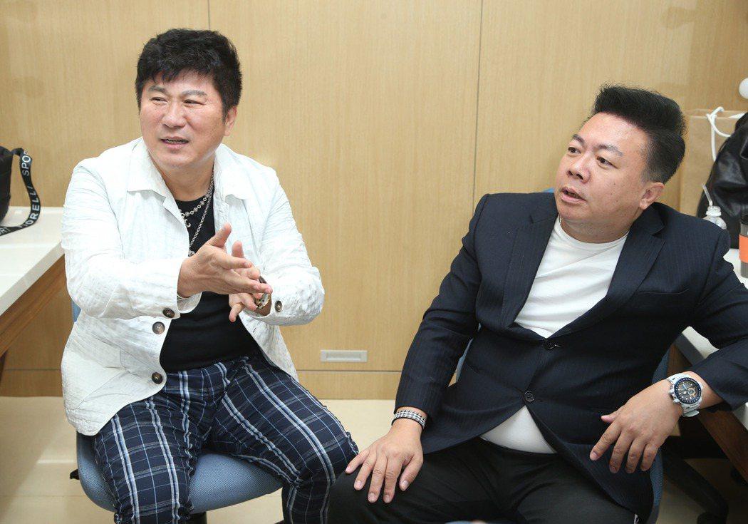 胡瓜(左)與董至成出席民視金鐘禮讚。記者陳瑞源/攝影