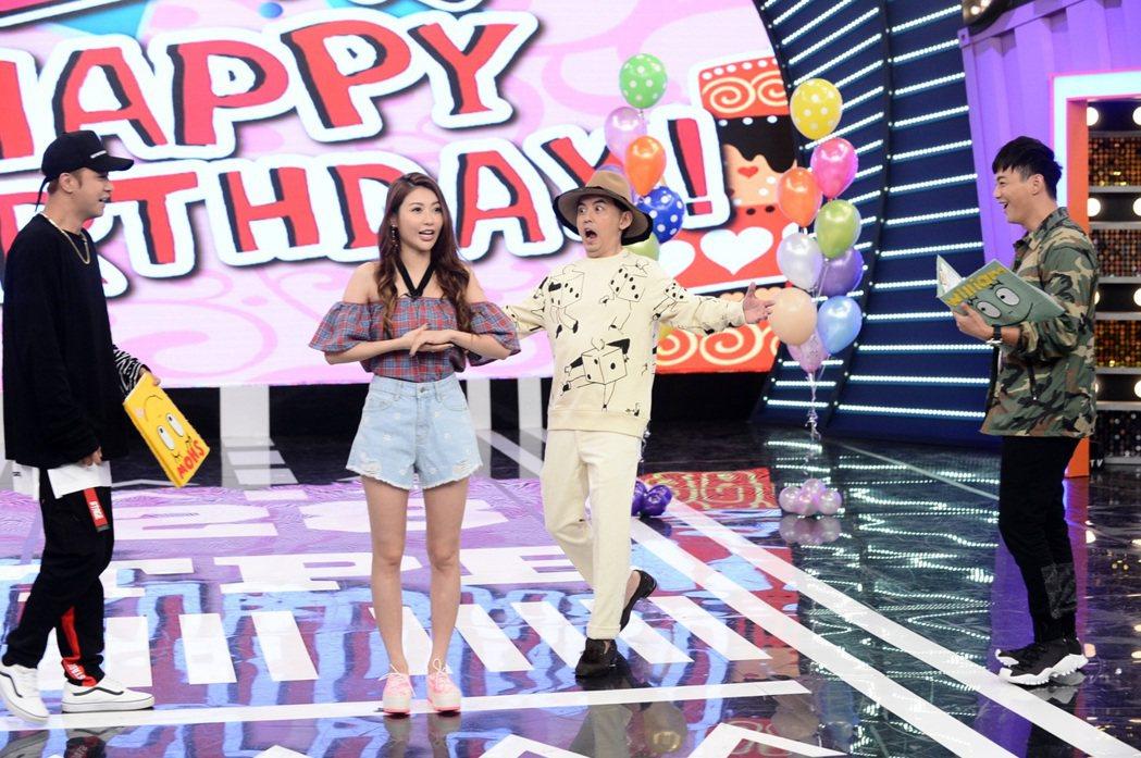 黃子佼(右二)驚喜現身,祝愷樂(左二)生日快樂。圖/八大提供