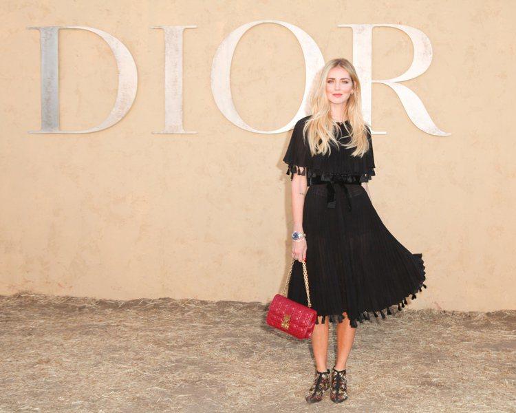 Chiara Ferragni也曾拎著紅色的Dioraddict包款。圖/DIO...
