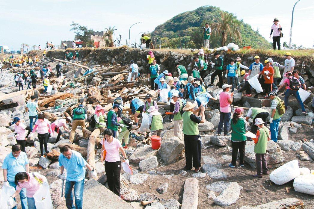張榮發基金會發動旗下企業及志工到基隆和平島淨灘,清理出超過1590公斤、100多...