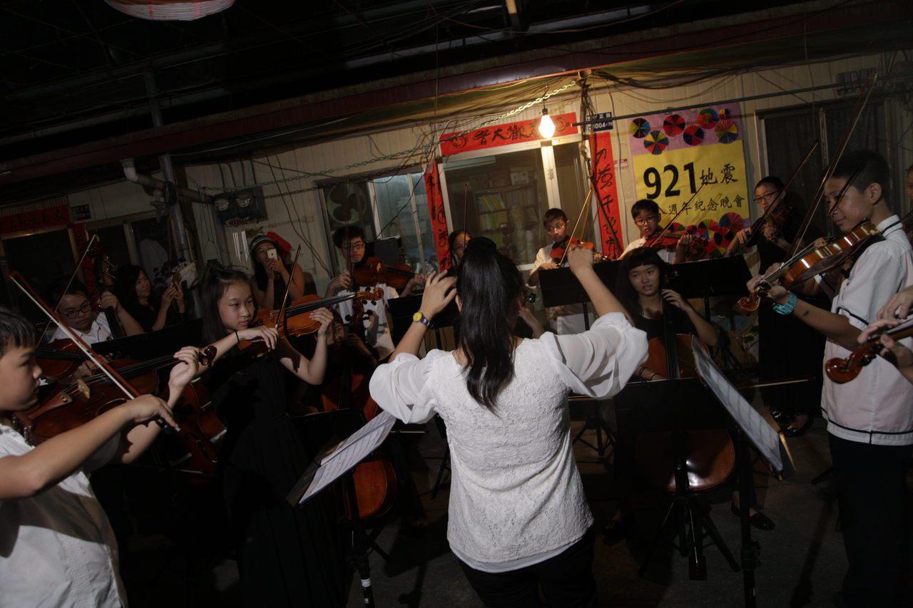 今年的921前一夜,大成國中弦樂團進駐南投縣埔里鎮菩提長青村,獻聲陪伴災區獨老。...