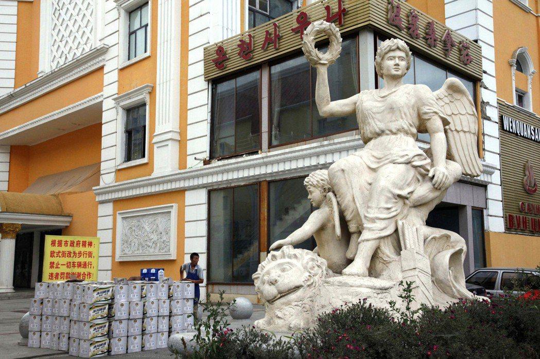 大陸吉林省琿春市許多商店都有韓文與中文招牌。 (美聯社)