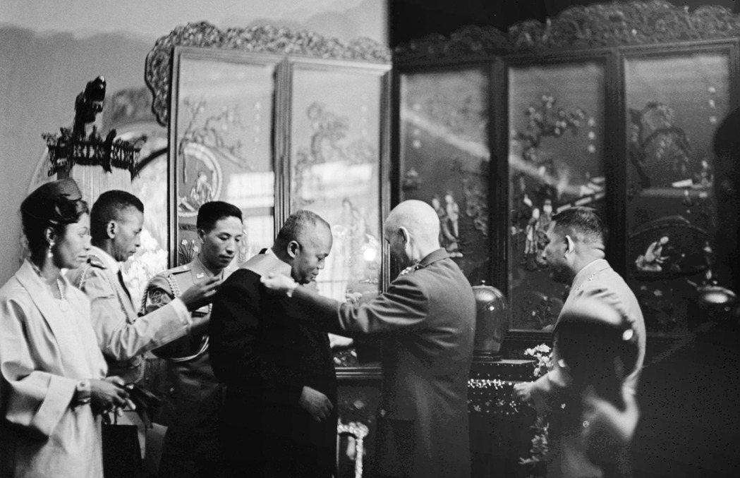 1962年時任總統的蔣介石(右二),於總統官邸贈采玉大勛章給馬拉加西共和國齊拉納...