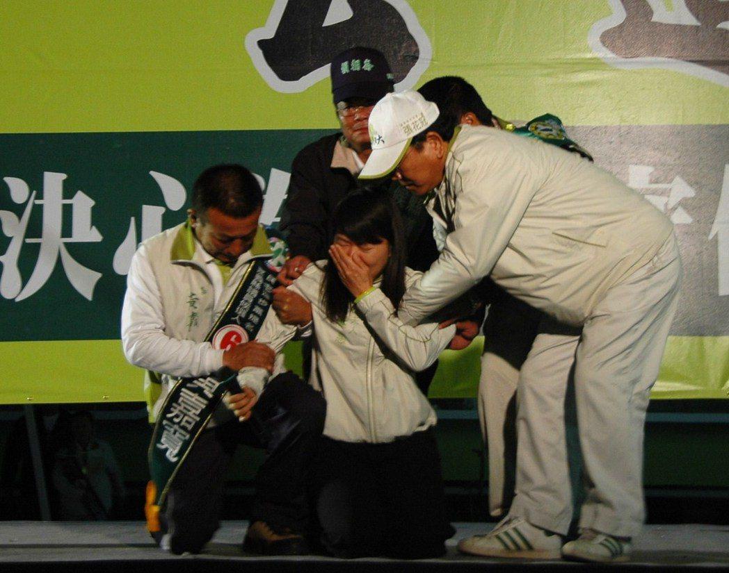 2009年張花冠競選嘉義縣長,廖素惠(中)擔任競選總部主委,在造勢晚會舞台上突然...