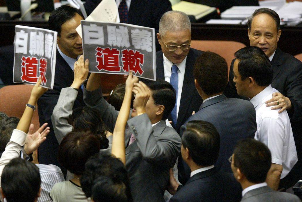 2010年吳敦義在立法院施政報告,遭綠委強力杯葛。報系資料照