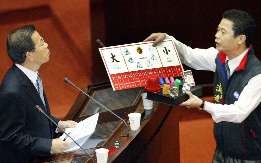 2005年立委江連福(右)在立法院總質詢經濟分組質詢時,送一套賭具給行政院長謝長...