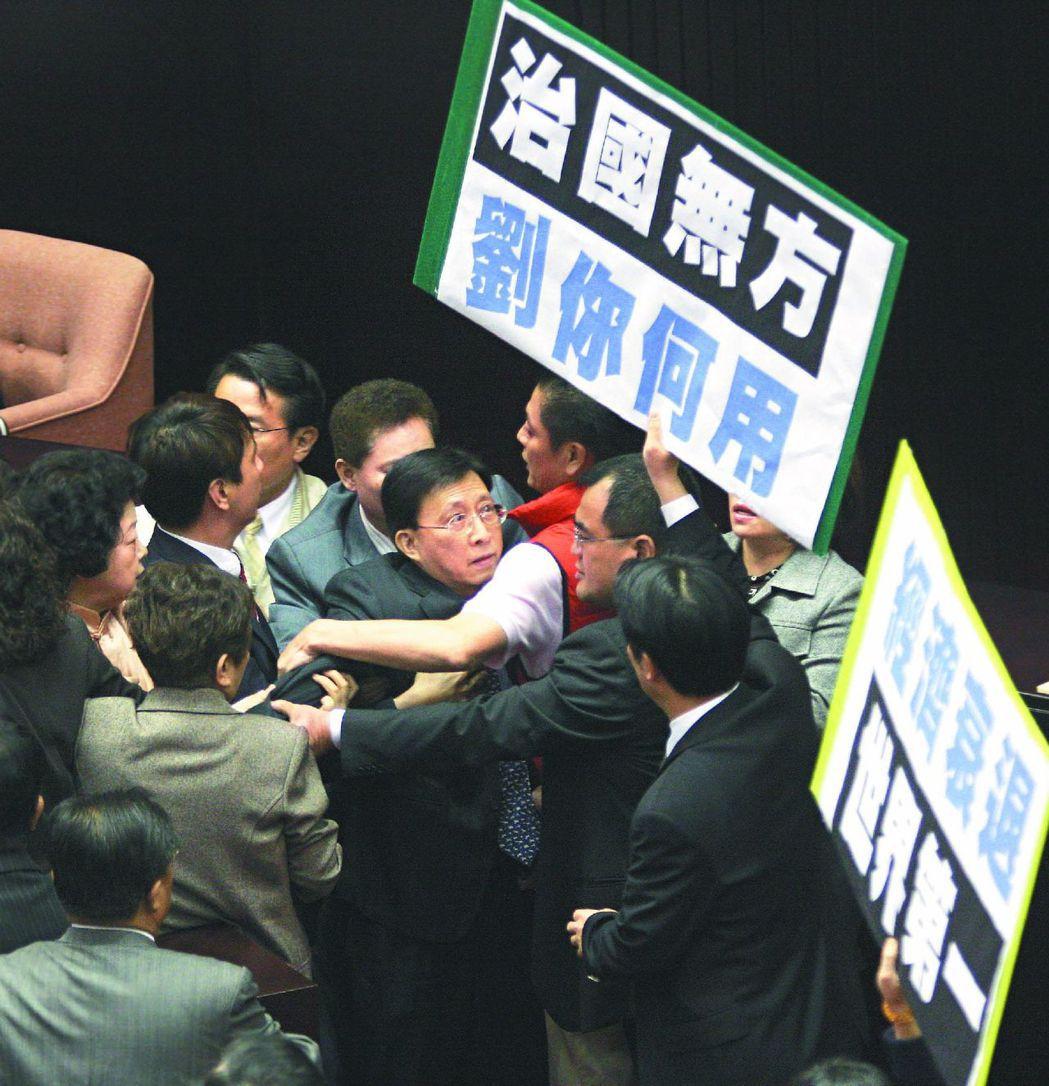 2009年民進黨立委不滿劉兆玄做施政報告前未先道歉,搶走他的施政報告,並把他推擠...