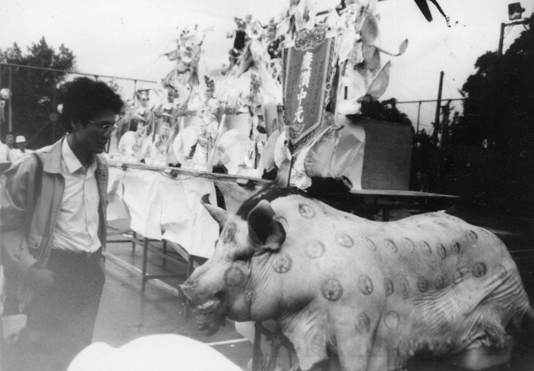 基隆中元祭舉辦賽豬公比賽,吸引遊客觀看。攝自1987年。 圖/聯合報系資料照