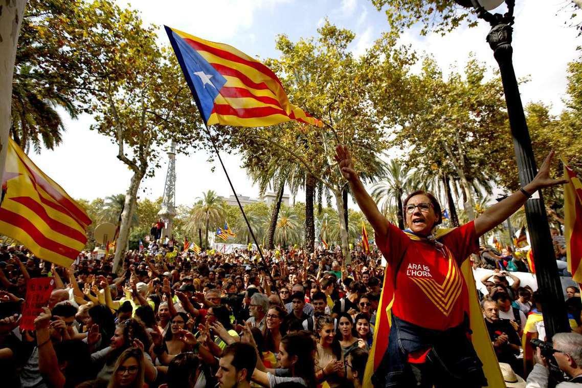反對西班牙強勢阻礙公投,加泰隆尼亞獨派大示威。圖中的女性,T-Shirt上是這回...