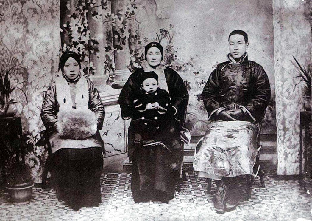 民國前二年蔣介石(右)與母親王采玉(中)及原配毛福梅(左)及長子蔣經國合影。 圖...