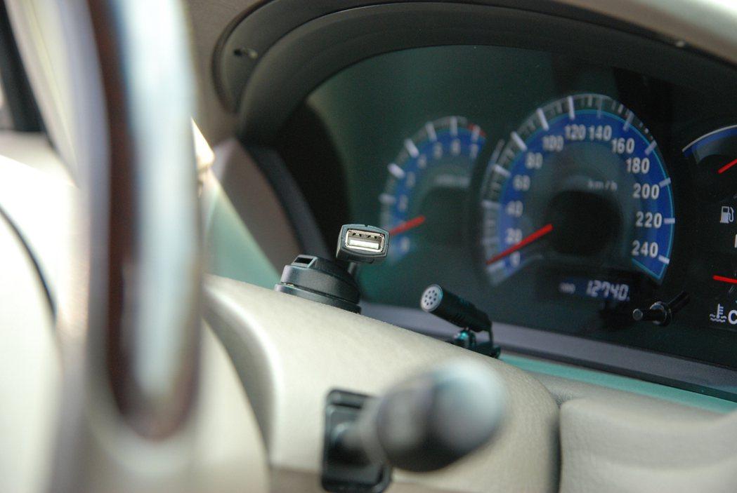 Pioneer 的 Z 系列智慧車機皆具有語音聲控撥接功能,透過配件內的外接麥克風,可清楚提供語音聲控等服務,降低駕駛在開車時接聽電話的風險。 記者林鼎智/攝影