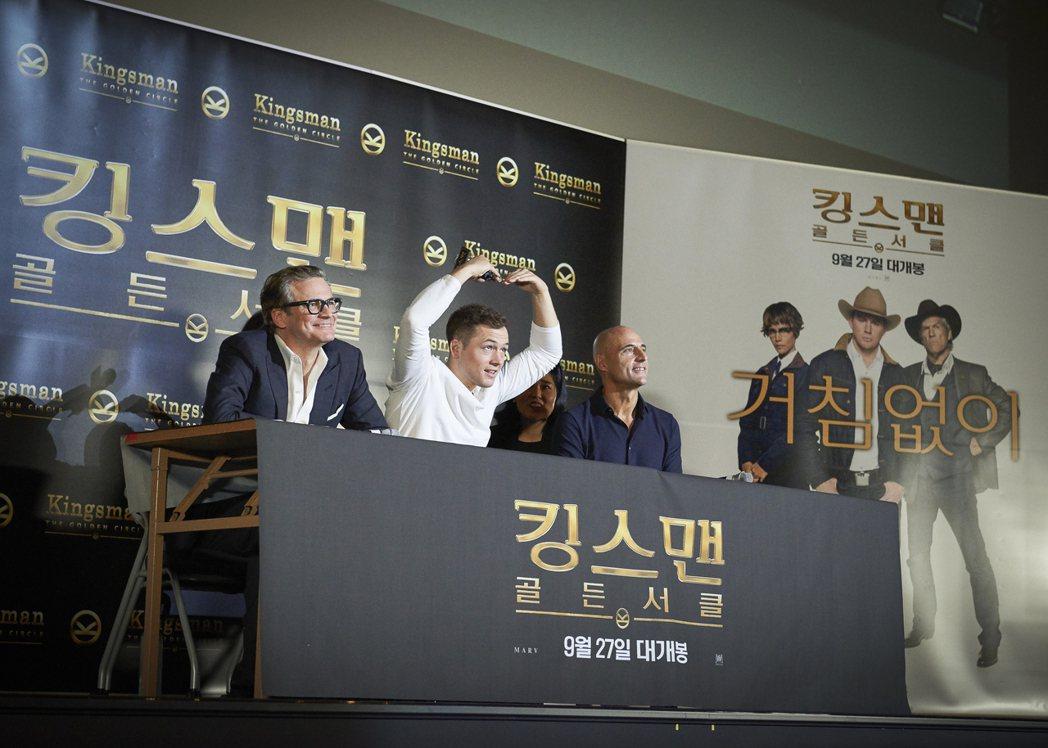 泰隆艾格頓感謝南韓粉絲支持,特別比出愛心手勢。圖/福斯提供