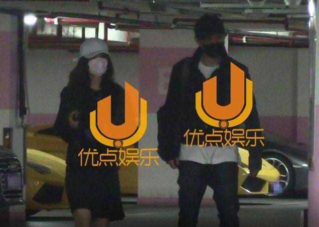 馮紹峰(右)與趙麗穎先前被媒體拍到穿情侶裝共進晚餐。圖/摘自優點娛樂