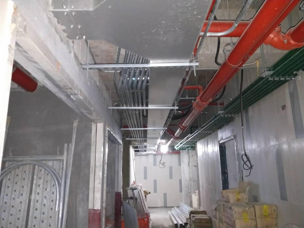瑞助營造出示興隆公宅2區內部明管採鐵管照片,並無外界指稱使用PVC管。圖/瑞助營...