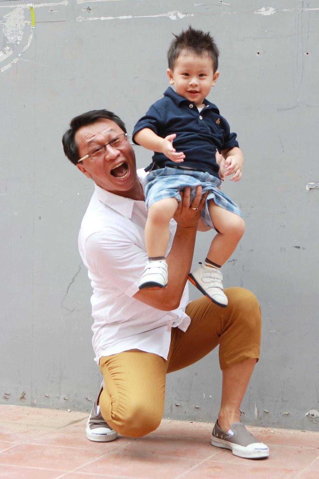 游安順2 歲兒子游禮活潑好動,父子情深。本報資料照