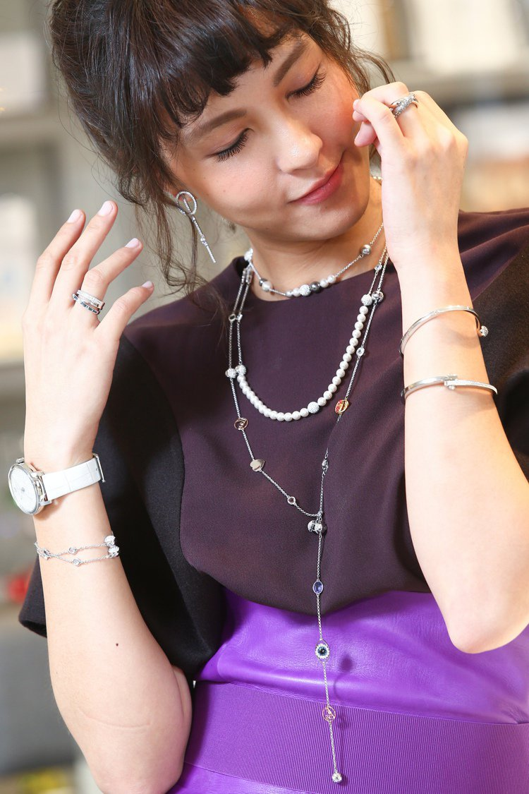 魏蔓穿Ferragamo秋冬酒紅色上衣搭紫色皮長裙,配戴白色Crystallin...