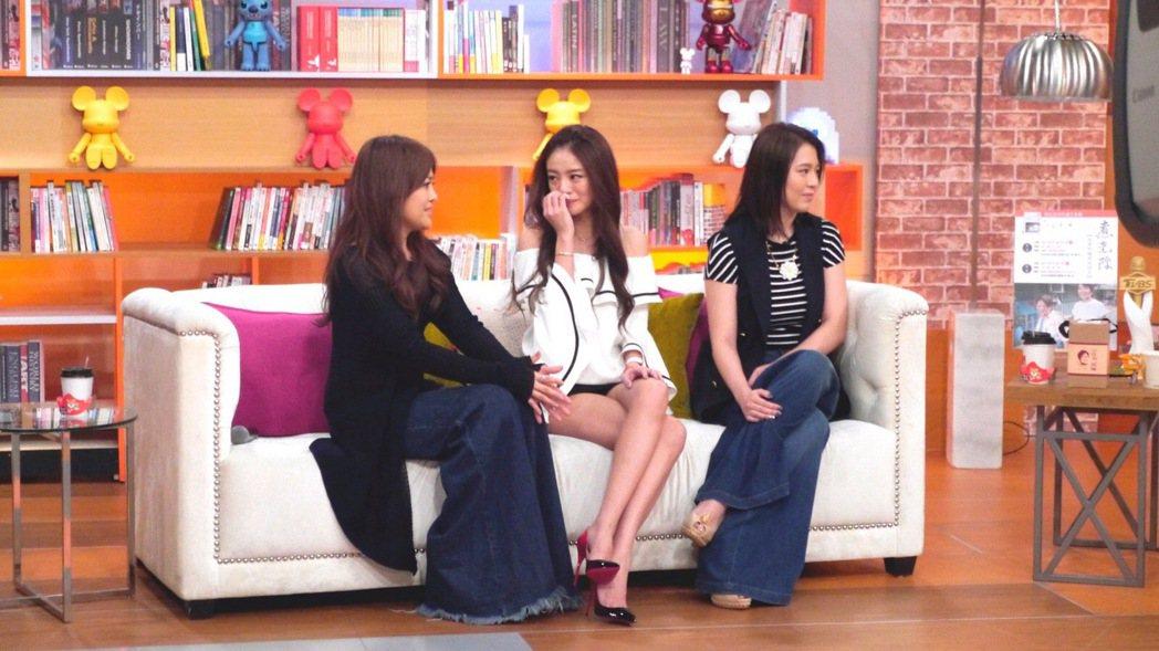 安以軒(中)聊到好友安鈞燦時落淚,左為戴愛玲,右為劉品言。圖/TVBS提供
